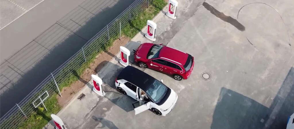 Caricare le auto con i Tesla Supercharger